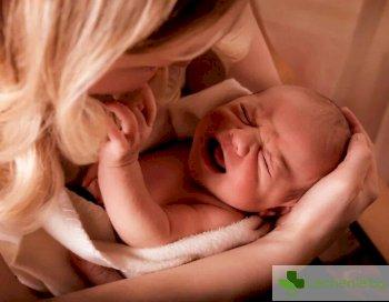 Защо бебето може внезапно да спре да суче, какво го безпокои